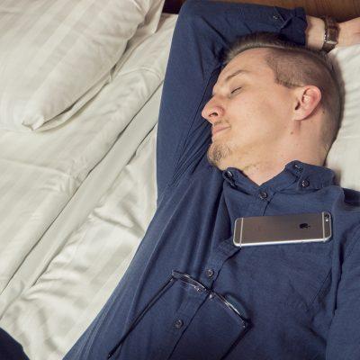 Omena Hotelli työmatkalla. Kuva miehestä nukkumassa.