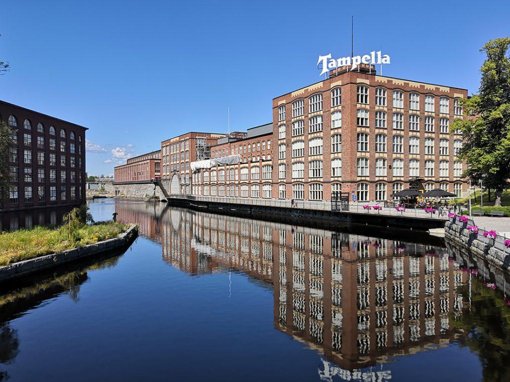 Tampellan tehdasalue aurinkoisella Tampereella